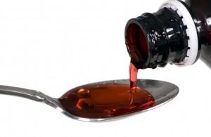 Sirup wird auf Löffel dosiert