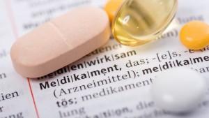 Tabletten Medikamente auf Buch