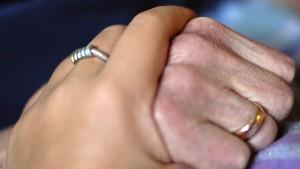 zwei haltende Hände